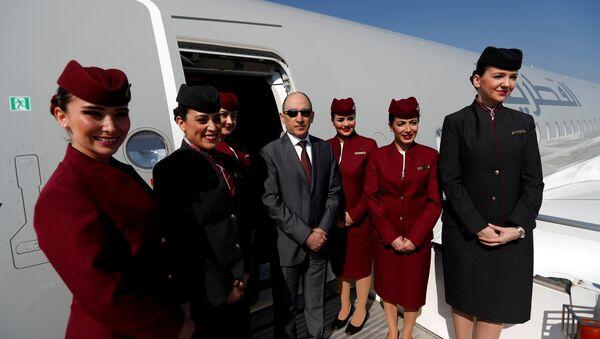 Katar Havayolları CEO'su Ekber el Bekir, Airbus A350-1000'ün kabin personeliyle Antalya'daki 'Eurasia Airshow'da poz verirken - Sputnik Türkiye