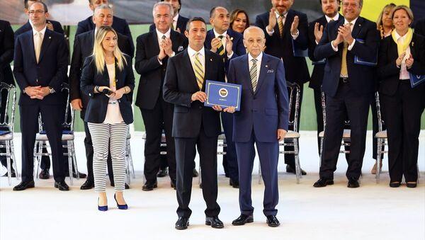 Fenerbahçe Başkanı Ali Koç ile yönetim kurulu mazbatayı Divan Kurulu Başkanı Vefa Küçük'ten aldı. - Sputnik Türkiye