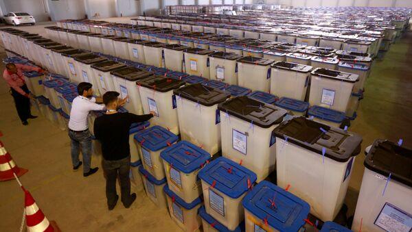 Irak Bağımsız Yüksek Seçim Komisyonu çalışanları Necef'teki oy sandıklarını inceliyor - Sputnik Türkiye