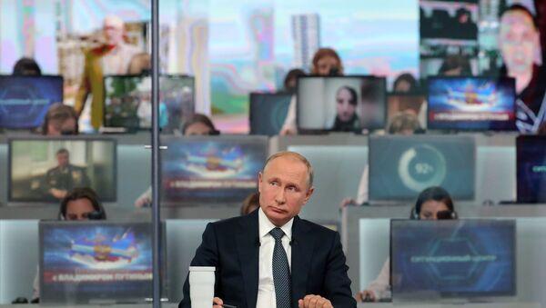 Putin'in düzenlediği Direkt Hat programından bir kare - Sputnik Türkiye