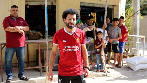 Irak'ın El- Zawraa futbol kulübünde forvet mevkiinde top koşturan Hüseyin Ali siyah sakalı, kıvırcık saçları ve Liverpool  formasıyla  kolaylıkla Mısırlı futbolcu Muhammed Salah zannedilebilir. Bağdat'ta yaşayan 20 yaşındaki Ali, Salah'ın AC Roma'da oynadığı dönemde de onunla olan benzerliğinin farkında olduğunu ancak yapılan yorumları şaka olarak geçiştirdiğini anlattı. Salah'ın Liverpool'da yıldızlaşması ve 'tüm Araplar için bir numaralı futbolcu' olmasının ardından kendisinin de benzerliği üzerine odaklandığını söyledi. - Sputnik Türkiye