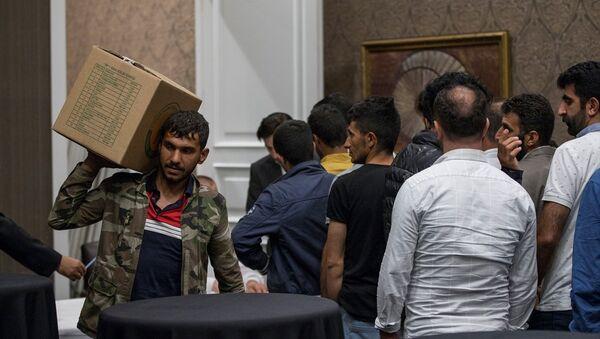 Türk-İş tarafından sokakta kağıt ve atık toplayan yaklaşık 200 kişiye beş yıldızlı otelde iftar verildi - Sputnik Türkiye