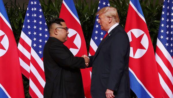 ABD Başkanı Donald Trump ve Kuzey Kore lideri Kim Jong-un'dan tarihi tokalaşma - Sputnik Türkiye