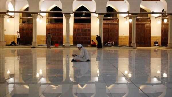 Mısır'ın başkenti Kahire'deki El Ezher Camisi'nde iftardan sonra akşam duaları - Sputnik Türkiye