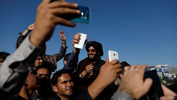 Kabil'deki bayramlaşmada Afgan siviller Taliban militanlarıyla özçekim yaptı. - Sputnik Türkiye