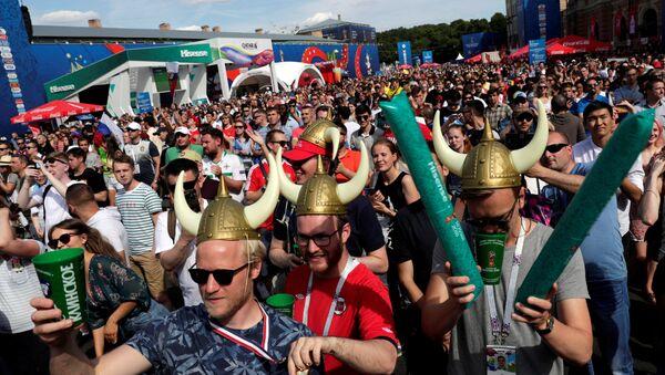 Moskova'daki maçı St. Petersburg'da dev ekranlardan izleyen İzlanda ve Arjantin taraftarları kaynaştı. - Sputnik Türkiye