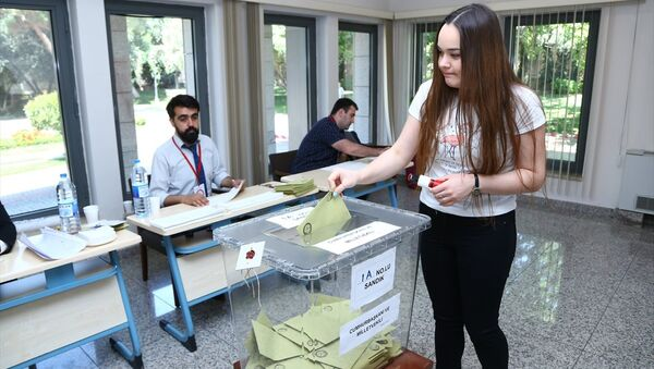 Azerbaycan'da, yurt dışı seçmen kütüğüne kayıtlı seçmenler, Türkiye'de 24 Haziran'da yapılacak Cumhurbaşkanı ve 27. Dönem Milletvekili Genel Seçimi için sandık başına gitti. - Sputnik Türkiye