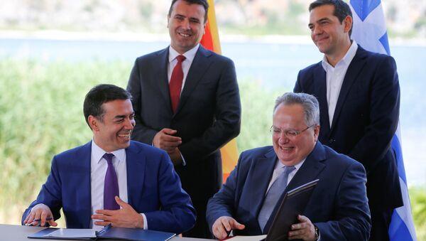 Yunanistan-Makedonya dışişleri bakanları Nikos Kocyas ile Nikola Dimitrov, ülke isminin 'Kuzey Makedonya Cumhuriyeti' olması anlaşmasına imza attı. - Sputnik Türkiye