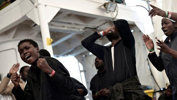 SOS Mediterranee ve Medecins Sans Frontieres örgütlerinin kurtarma gemisi Aquarius'taki göçmenler, ufukta Valencia belirince sevinç gösterileri yaptı. - Sputnik Türkiye