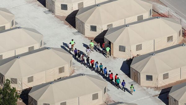 Trump'ın sıfır hoşgörü politikası çerçevesinde ailelerinden koparılan çocuklar, gençler, Teksas eyaletinin Meksika sınırındaki Tornillo kentinde çadır kamplara konuluyor. - Sputnik Türkiye