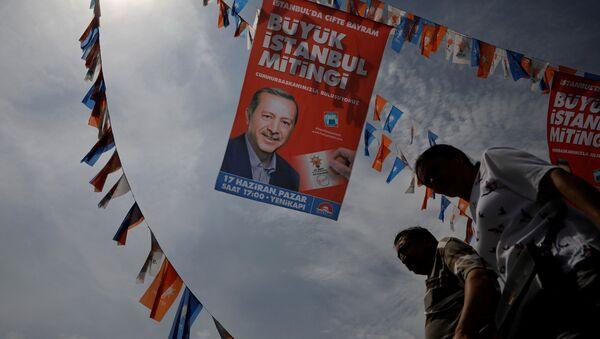 Eminönü'nde Erdoğan'ın seçim afişleri altında hayat - Sputnik Türkiye