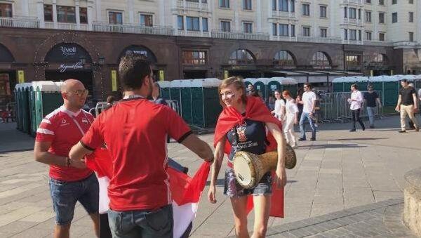 Rus şarkıcı Zvezda, Türk bayrağıyla Moskova sokaklarını gezdi - Sputnik Türkiye