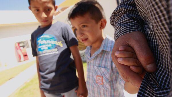 ABD'deki göçmen çocukları ayırma politikası nedeniyle Meksika'daki sığınmacı kampında kalan El Salvadorlu göçmen ve çocukları - Sputnik Türkiye