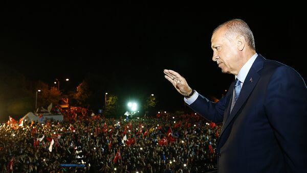 Cumhurbaşkanı Erdoğan, Huber Köşkü'nün önünde bekleyenlere seslendi. - Sputnik Türkiye