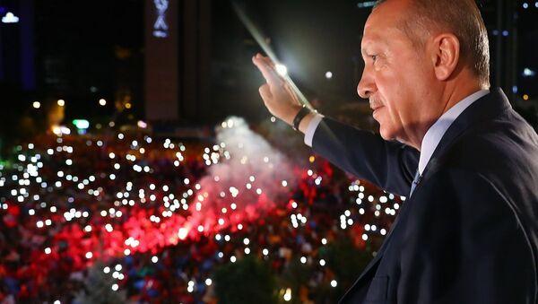 AK Parti Genel Başkanı ve Cumhurbaşkanı Recep Tayyip Erdoğan, partisinin genel merkezindeki balkon konuşmasında vatandaşlara hitap etti. - Sputnik Türkiye