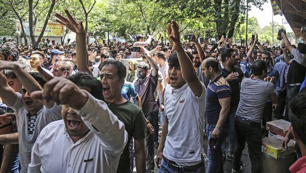 İran'da ekonomik sorunlar nedeniyle Tahran Büyük Çarşısı'ndan meclise uzanan protesto, 25.06.2018 - Sputnik Türkiye