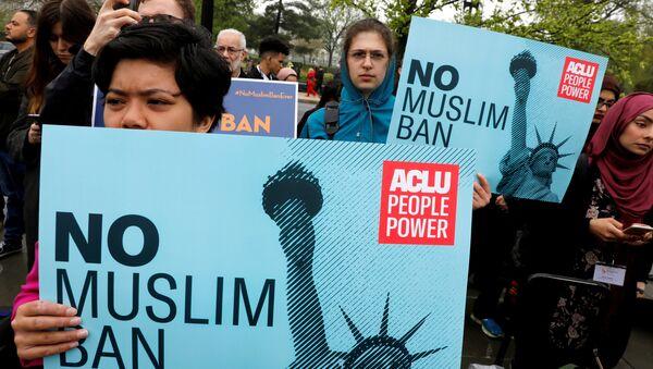 Trump'ın İran, Libya, Somali, Suriye ve Yemen vatandaşlarına yönelik ABD'ye giriş yasağı, ilk günden beri eleştiriliyor, protesto ediliyor. - Sputnik Türkiye