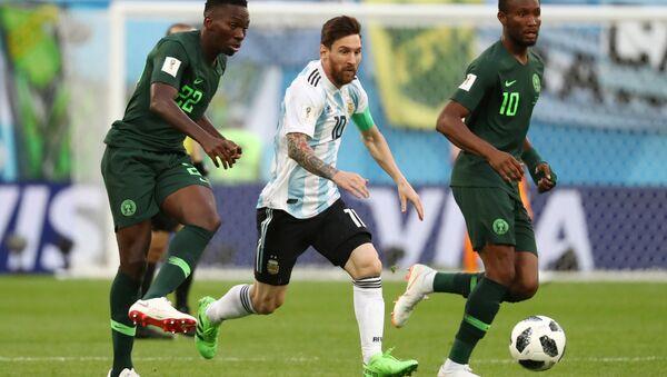 2018 FIFA Dünya Kupası'nda Nijerya-Arjantin maçı, Kenneth Omeruo ile John Obi Mikel'den Lionel Messi'ye markaj - Sputnik Türkiye