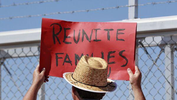 ABD'de göçmen çocukların ailelerinden ayrılması uygulamasını protesto eden bir eylemci - Sputnik Türkiye