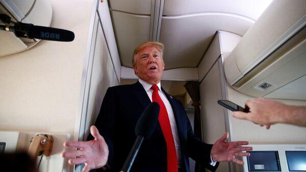ABD Başkanı Donald Trump Air Force One uçağında gazetecilerin sorularını yanıtladı - Sputnik Türkiye