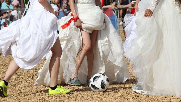 FIFA 2018 Dünya Kupası maçlarını ağırlayan Rusya'ya bağlı Tataristan'ın başkenti Kazan'da gelinlik giyen güzeller soluğu futbol sahasında aldı. - Sputnik Türkiye