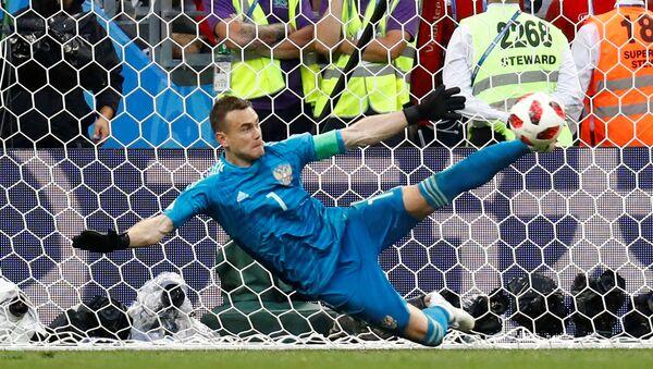 Rus milli kaleci İgor Akinfeyev'in İspanya-Rusya maçında yaptığı ve  takımını 2018 Dünya Kupası çeyrek finaline taşıyan penaltı kurtarışı - Sputnik Türkiye