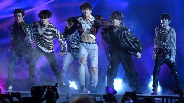 Южнокорейская группа BTS во время выступления в Лас-Вегасе - Sputnik Türkiye