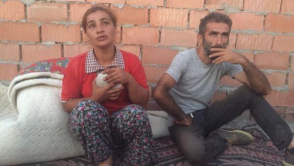 İzmir'in Tire ilçesinde, sabah saatlerinden beri haber alınamayan 1,5 yaşındaki Rüya Çelik'in anne ve babası - Sputnik Türkiye
