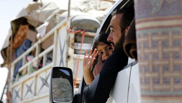 Beyrut ve Şam'ın koordineli operasyonu ile Lübnan'daki sınır kapısından ülkelerine dönen Suriyeli mülteciler - Sputnik Türkiye