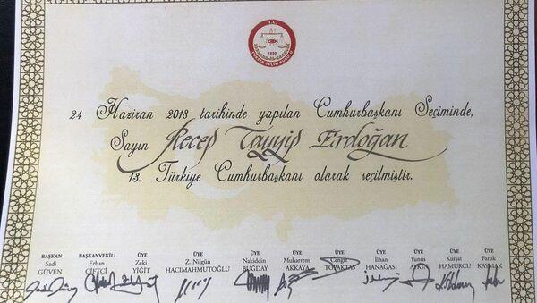 YSK Başkanı Sadi Güven ve YSK üyelerinin imzaladığı, Erdoğan'ın Cumhurbaşkanı seçildiğine dair belge. - Sputnik Türkiye