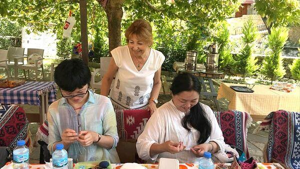 Japonya'dan gelen 7 kadın turist, İzmir'in Ödemiş ilçesinde iğne oyası yapmayı öğrendi - Sputnik Türkiye