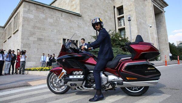 AK Parti Sakarya Milletvekili Kenan Sofuoğlu, 27. Dönem 1. Yasama Yılı'nın açılışı dolayısıyla milletvekillerinin Meclisteki andiçme törenine motosikletle geldi - Sputnik Türkiye
