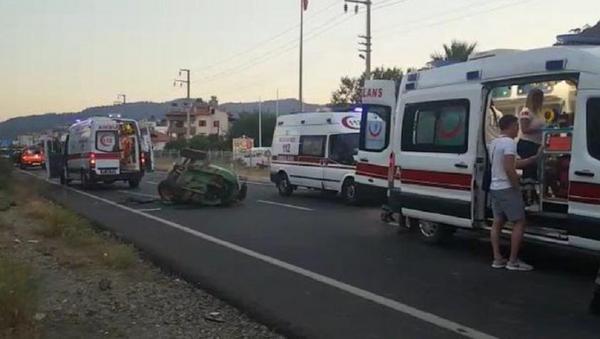 Tur minibüsü traktöre çarptı: 6'sı turist 8 yaralı - Sputnik Türkiye