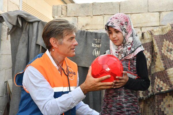 Ziyaret sırasında aile fertlerinden Zeynep'in (12) kalbinde delik olduğunu öğrenen Öz, çocuğu muayene etti. - Sputnik Türkiye
