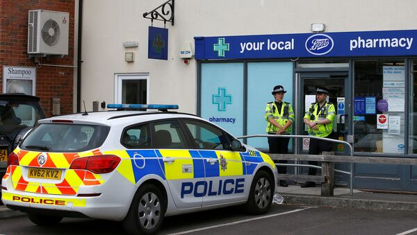 Police officers guard outside a branch of Boots pharmacy, which has been cordoned off after two people were hospitalised and police declared a 'major incident', in Amesbury, Wiltshire, Britain, July 4, 2018 - Sputnik Türkiye