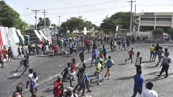 Başkent Port-au-prince'te birçok dükkan haftasonu boyunca yağmalandı, araçlar kundaklandı. Çıkan olaylarda ölü sayısı 4'e yükselirken, başkentteki bazı yollar ve kavşaklarda genç Haitililerin yoldan geçen araçlar ve yayalardan para topladıkları görüldü. - Sputnik Türkiye