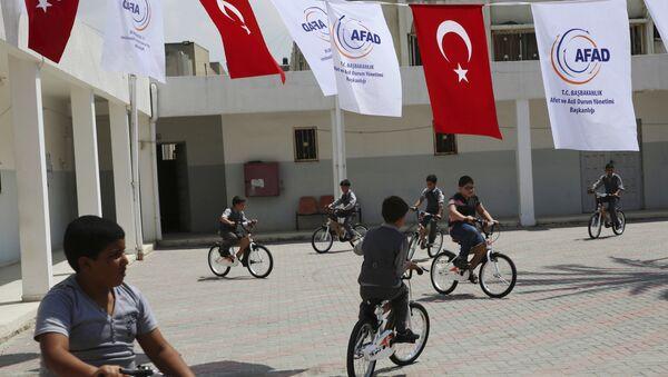 Türkiye'nin Kerem Şalom Sınır Kapısı'ndan soktuğu yardımlar arasında yer alan bisikletler öksüz çocuklara ulaştırıldı. - Sputnik Türkiye