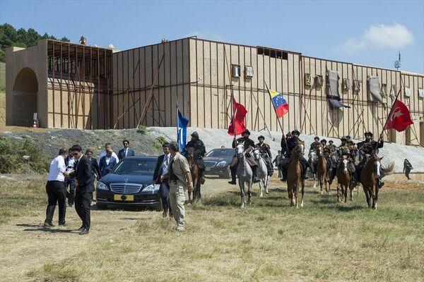 Arabasını yol boyunca kendisi kullanan Maduro, dizideki Alp karakterleri tarafından at üstünde karşılandı. - Sputnik Türkiye
