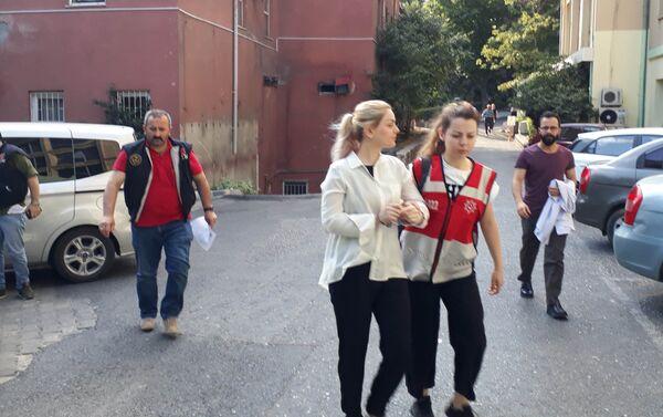 Adnan Oktar ve destekçilerine yönelik operasyonda gözaltına alınanlar sağlık kontrolünden geçirilerek emniyet müdürlüğüne götürüldü. - Sputnik Türkiye