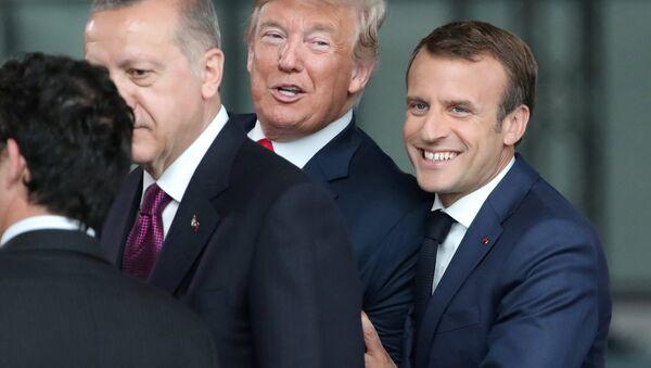 Cumhurbaşkanı Erdoğan, Merkel ile görüşeceği odaya geçerken koridorda ABD Başkanı Donald Trump ve Fransa Cumhurbaşkanı Emmanuel Macron ile karşılaştı ve bir süre sohbet etti. - Sputnik Türkiye