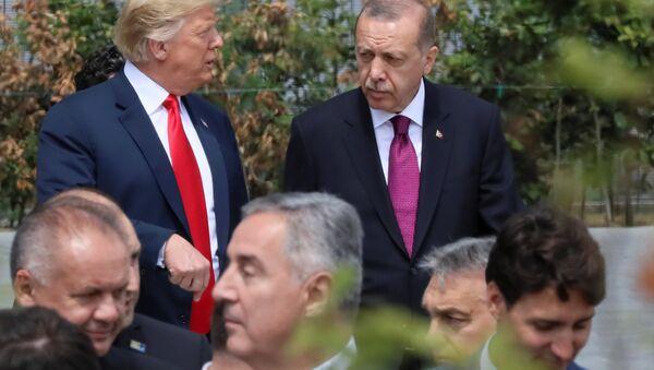 Cumhurbaşkanı Erdoğan, NATO Karargahında seremoni alanına ABD Başkanı Trump ile birlikte gitti. İki lider bir süre ayaküstü sohbet etti. - Sputnik Türkiye