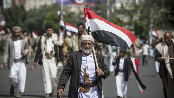 Man holds Yemen's flag during a ceremony to commemorate the 26th anniversary of Yemen's reunification, in Sanaa, Yemen (File) - Sputnik Türkiye