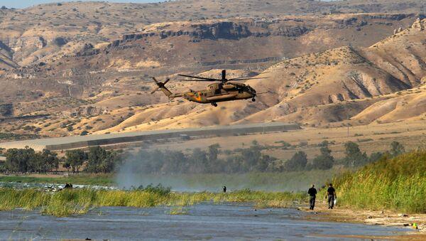Taberiye Gölü üzerinde vurulduğu açıklanan İHA'yı arayan İsrail askerleri - Sputnik Türkiye