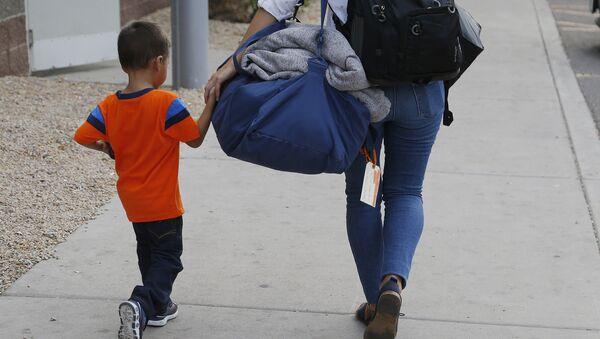 ABD'de yeniden ailesiyle birleşen bir göçmen çocuk - Sputnik Türkiye