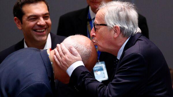 AB Komisyonu Başkanı Jean-Claude Juncker, 29 Haziran'daki AB liderleri zirvesi sırasında bir yetkiliyi başından öperken - Sputnik Türkiye
