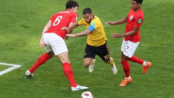 2018 Dünya Kupası'nda üçüncülük maçı: Belçika'nın 10 numarası Eden Hazard'a İngiltere'den Harry Maguire ve Jesse Lingard baskı yaparken - Sputnik Türkiye