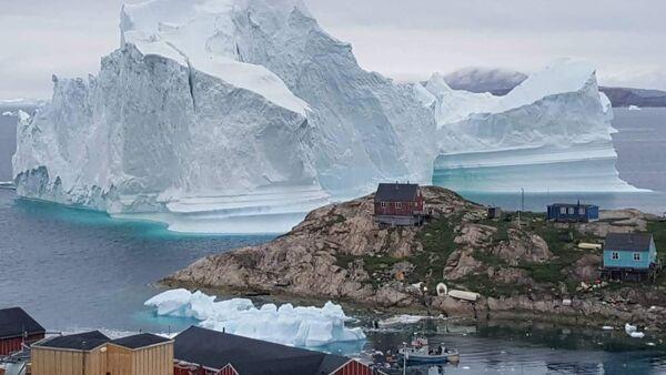Grönland'daki bir köye yaklaşan buzdağı - Sputnik Türkiye
