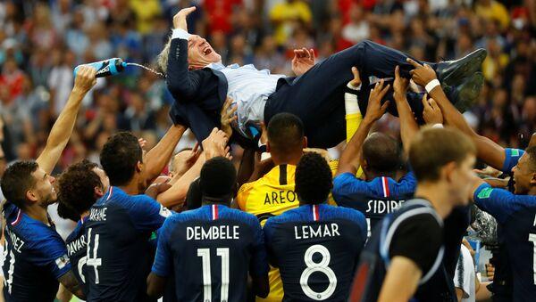 Fransız Milli Takımı'nın antrenörü Didier Deschamps ve takım oyuncuları şampiyonluğu kutladı. - Sputnik Türkiye