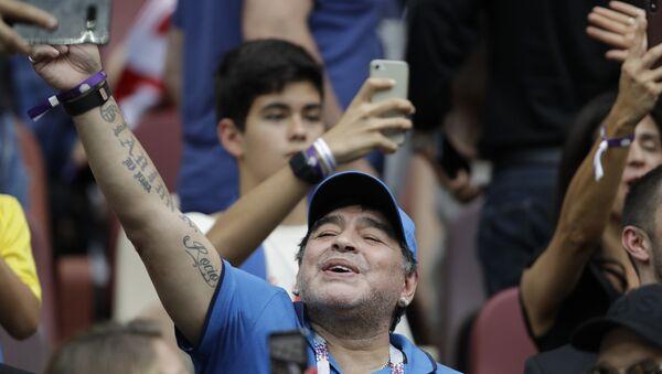 Maradona Hırvatistan-Fransa arasında oynanan 2018 Dünya Kupası'nın finalini tribünden izlerken - Sputnik Türkiye