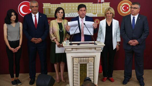 Tüzün, kurultay için toplanan imzaları gösterdi. - Sputnik Türkiye
